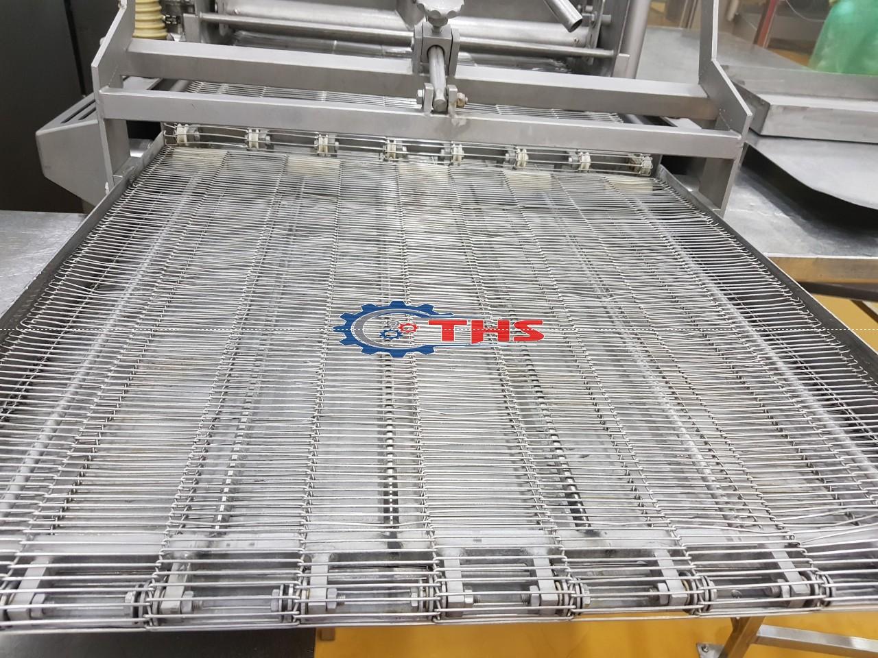 Băng tải được làm từ vật liệu Inox 304, chịu được nhiệt độ cao, chịu nước, bề mặt thoáng khí nên được sử dụng nhiều trong các nhà máy thực phẩm, máy chiên, nướng bánh.