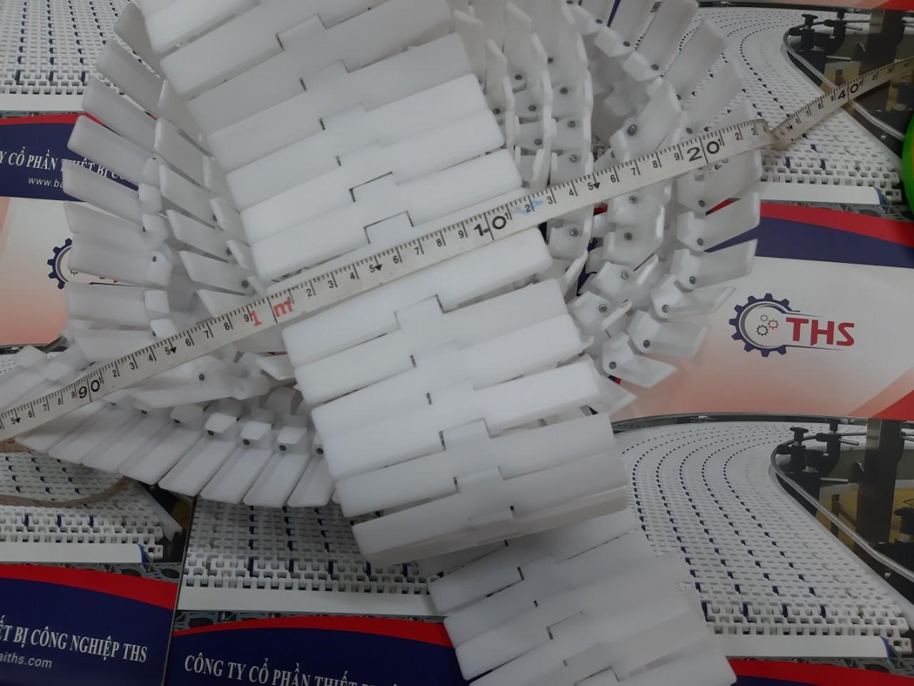 băng tải xích nhựa chạy cong