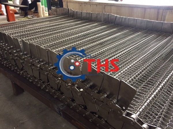 Băng tải inox sử dụng sên biên kéo được thiết kế hoàn hảo đến từng chi tiết