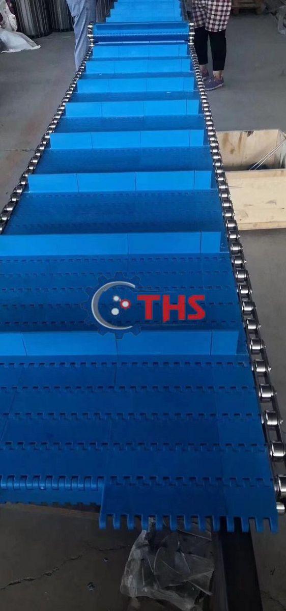Băng tải nhựa dùng ty và xích biên inox tăng sức kéo