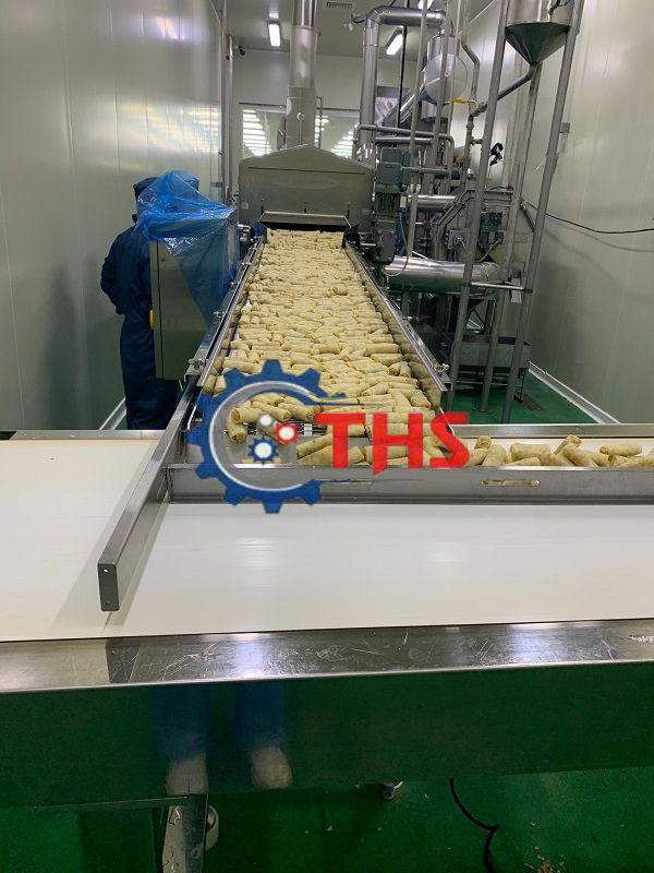Băng tải inox trong dây chuyền sản xuất chả giò