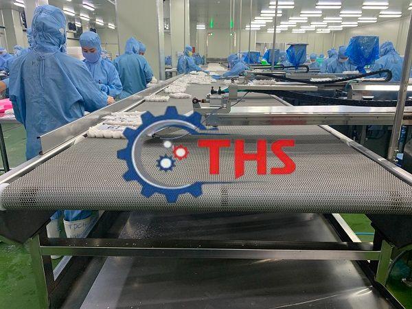 Băng tải inox ứng dụng trong ngành thực phẩm giúp nhân công tiết kiệm thời gian, công sức