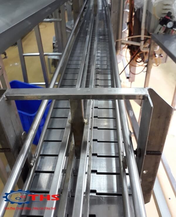Băng tải xích inox 812 K600 được sử dụng tại nhà máy sản xuất nước suối